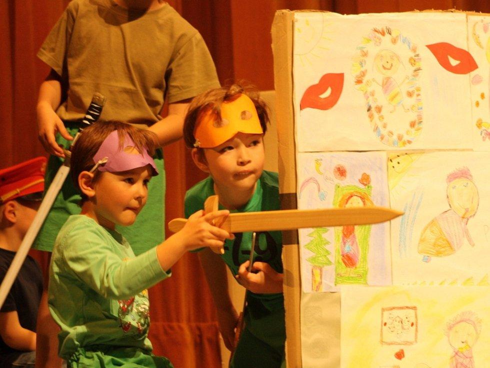 Děti z Mateřské školy Na Kopečku ve Vsetíně si připravily taneční vystoupení, které připomínalo jejich sponzory.
