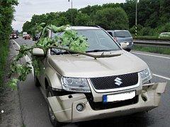 Osobní auto zasáhla v pátek 22. května 2015 v Zašové padající větev.