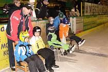 Do školy bruslení se přihlásilo bezmála padesát dětí, na snímku vlevo za účastníky kurzu jeden z trenérů Miroslav Kubo.