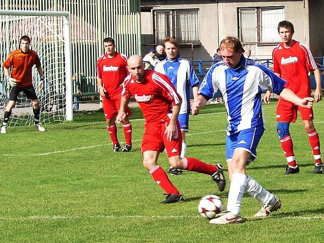V utkání okresního přeboru Vsetín B (červené dresy) – Jablůnka se oby týmy rozešly smírně po remíze 2:2.