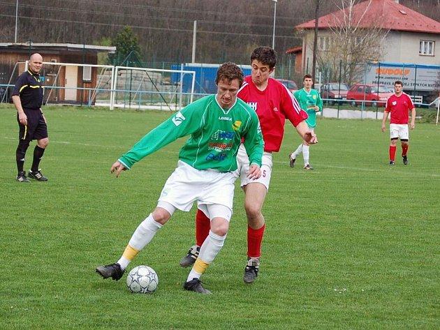 Fotbalisté Hrachovce (červené dresy) v zápase se Štítnou totálně zaspali úvod zápasu a již v 5. minutě prohrávali 0:2. V dalším průběhu sice hru vyrovnali, ale zápas nezachránili.