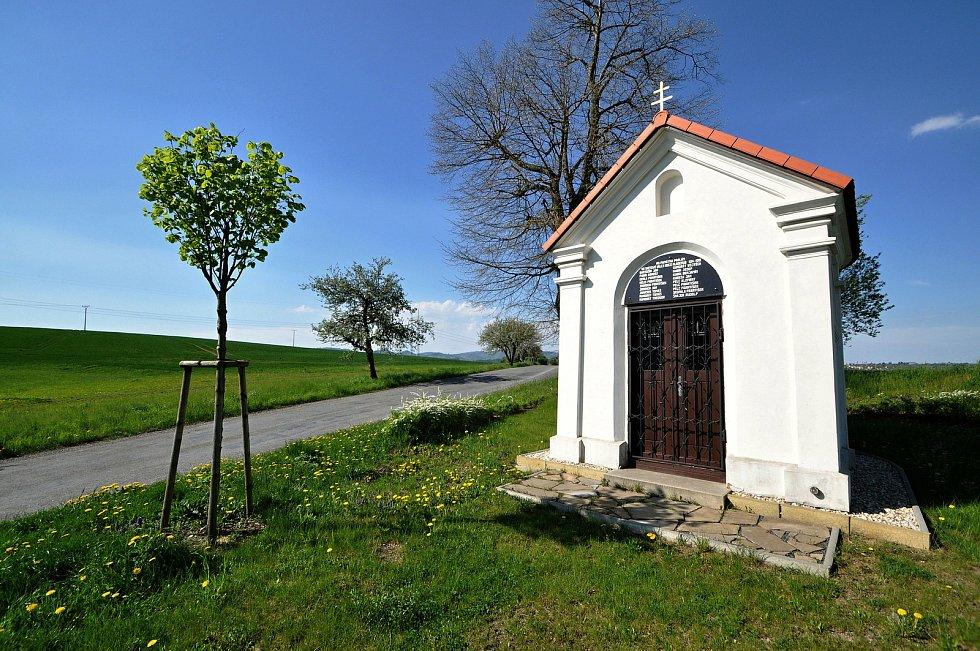Kaple padlých z 19. století zasvěcená P. Marii stojí na křižovatce cest severovýchodně od Kladerub. Po 1. sv. válce byla nad vchodem osazena pamětní deska se jmény 18 padlých občanů Kladerub.