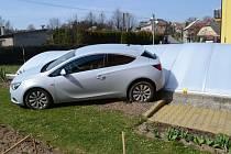 Nedostatečně zajištěné vozidlo se zastavilo až na střeše bazénu.