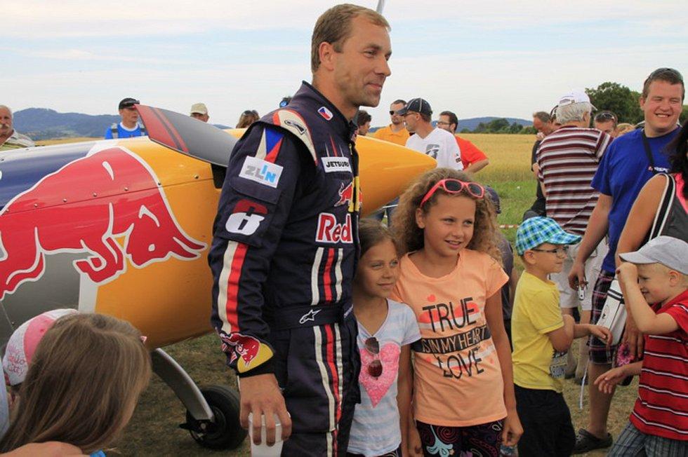 Hlavní hvězdou Aviatického dne, který se uskutečnil v sobotu 15. července 2017 na letišti v Poličné, byl mistr Evropy a vicemistr světa v letecké akrobacii Martin Šonka.