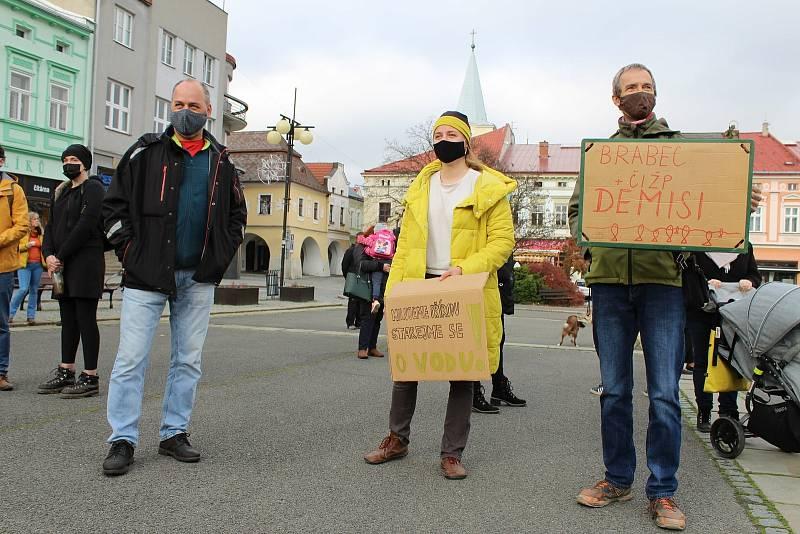 Shromáždění k připomenutí 2 měsíců od otravy řeky Bečvy kyanidem. Valašské Meziříčí 17. listopadu 2020.