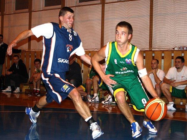 Oblastní přebor střední Moravy, basketbalisté KK Jasenice (zelené dresy).