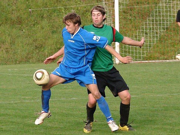 Zápas Vidče – Dolní Bečva (4:1) nabídl tvrdý boj a fotbalistům od kopaček doslova létaly jiskry. Na snímku v souboji o míč hostující Petr Vojkůvka (v modrém) a domácí Dalibor Nerad.