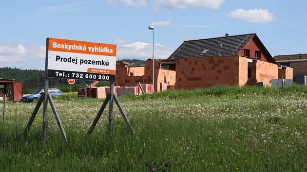 Čtrnáct domů už stojí v lokalitě Beskydská vyhlídka, která je první vilovou čtvrtí ve Valašském Meziříčí.