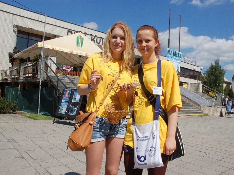 Českého dne proti rakovině se ve středu jako dobrovolnice zúčastnily Vendula Molková (vpravo) a Karolína Michoňková ze vsetínského Masarykova gymnázia.
