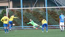 Fotbalisté Vsetína (modro-bílé) dresy odehráli zápas proti Kozlovicím.