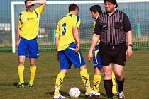 Fotbalisté Byniny (žluté dresy) prohráli 0:2 v Kateřinicích.