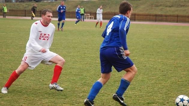 Fotbalisté Valašského Meziříčí (bílé dresy) ve druhém jarním utkání doma podlehli Petrovicím 0:1.
