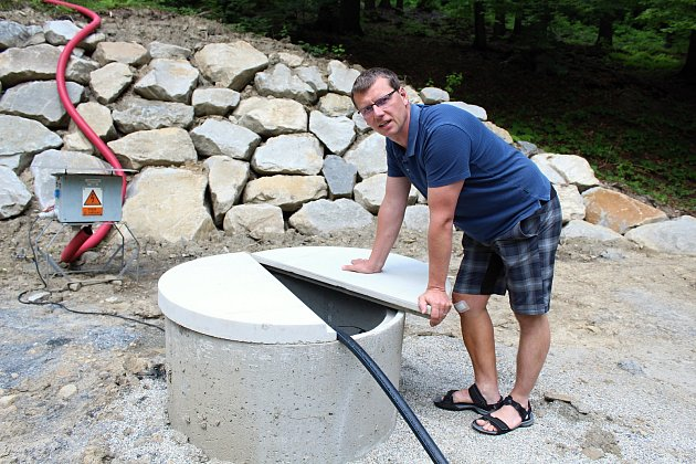 Starosta Kateřinic Vojtěch Zubíček u pramene, jehož vydatnost testují od začátku června 2018. Z hloubky 58 metrů vyvěrá pětatřicet kubíků vody denně, což pokryje spotřebu vesnice ze čtyřiceti procent.
