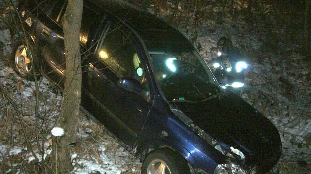 Pomoc hasičů po havárii auta u Valašské Bystřice.