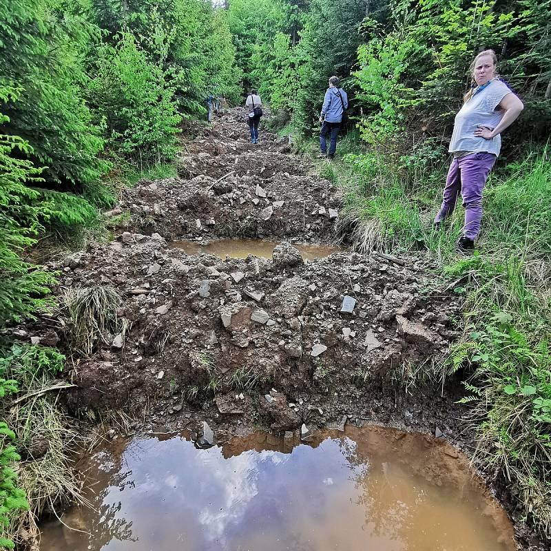 Budování osmadvaceti tůní na nepoužívané přibližovací lince pro stahování dřeva na severním svahu Velkého Javorníku v Beskydech určených pro zadržení vody v krajině.