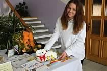 Žákyně oboru cukrář ze Střední odborné školy Josefa Sousedíka ve Vsetíně vystavovaly své vítězné cukrářské a vyřezávané výrobky.