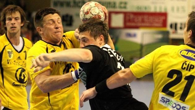 Hráči Karviné (černé dresy) zvítězili i ve druhém utkání finálové série play off házenkářů.