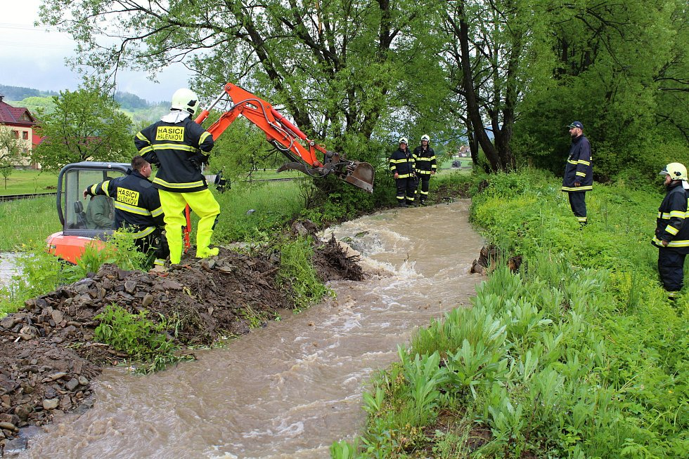 Velká voda potrápila hasiče 22. května 2019 v Huslenkách. Usměrňovali koryto u fotbalového hřiště, aby voda nezaplavovala silnici.