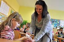 Epidemiologická sestra Lubica Srbová ze Vsetínské nemocnice, a. s. přišla žákům 2. tříd v Základní škole Sychrov ve Vsetíně vysvětlit, jak si správně mýt ruce.