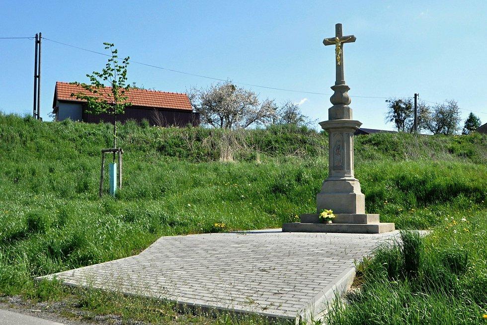 Pískovcový kříž z roku 1879 nechal Na Drahách v Kladerubech postavit Jan Kunovský z Kladerub. V roce 1989 byl přenesen na vhodnější místo Na Vývozu.