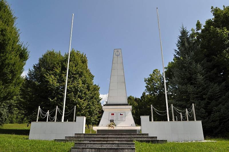 Valašské Meziříčí - mohyla smramorovým obeliskem na městském hřbitově od roku 1998 připomíná památku 205. tureckých vojáků 20. pěší divize raněných během rakousko-ruských bojů na haličské frontě a později pochovaných na meziříčském hřbitově.