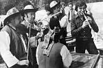 Karel Gott natáčí film pro televizi NSR s názvem Pohlednice z Moravy v roce 1976. Ve Velkých Karlovicích v části Oslové se sešel s Folklorním souborem Jasénka. V pozadí za Gottem stojí člen souboru, tanečník Karel Volek.