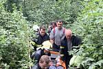 Záchranáři ve čtvrtek 22. srpna 2019 pomáhají zraněné houbařce ve vsetínské místní části Horní Jasenka.