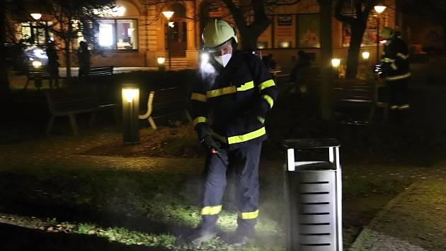Dobrovolní hasiči ze vsetínských městských částí Semetín a Jasenka dezinfikují veřejná prostranství a zastávky MHD ve Vsetíně; úterý 24. listopadu 2020