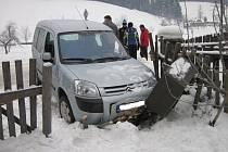Dopravní nehoda ve Velkých Karlovicích: auto havarovalo do plynové přípojky a urazilo její uzávěr