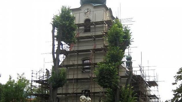 Zevnějšek kostela Svatého Jana Křtitele se rekonstruuje. Budova v centru Nového Hrozenkova se dočká nové fasády i okapů.
