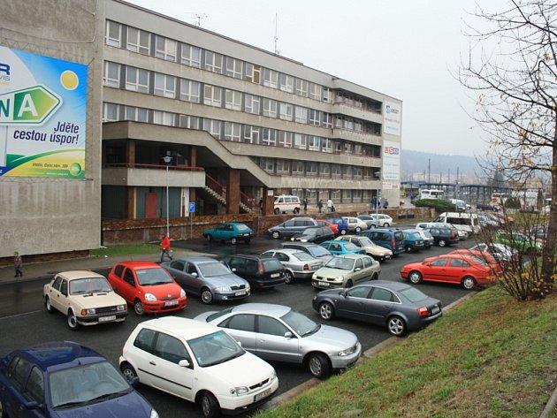 Pracovníci stavební firmy upravili příjezdovou cestu i parkovacích plochy u polikliniky ve Vsetíně.