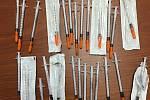 Injekční stříkačky zajištěné policisty u sedmadvacetileté dealerky pervitinu z Novojíčínska zadržené na konci dubna 2019 v Rožnově pod Radhoštěm.