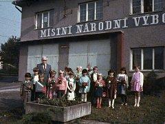 ŠKOLA. Škola v různých podobách existovala od r. 1834.  V r. 1972 nastoupil jako ředitel školy a učitel Ferdinand Kostiha (na snímku). Z důvodu neustále klesajícího počtu žáků byla škola v r. 1984 uzavřena. Děti začaly dojíždět do ZŠ ve Val. Meziříčí. Bud