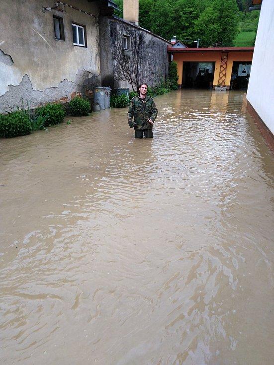 Rodina Pláškova bojovala 22. května 2019 s bleskovou povodní, která zasáhla Ústí u Vsetína. Voda zaplavila zahradu i sklepy. Miroslav Plášek se brodil ve vysokých rybářských gumácích.