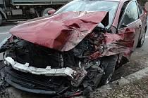 Řidič osobního vozu Mazda se ve středu 15. března 2017 ve Valašském Meziříčí chvilku plně nevěnoval řízení. Naboural do nákladního auta.