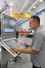 Společnost Trimill zabývající se výrobou obráběcích strojů slavnostně otevřela novou výrobní halu v areálu bývalé Zbrojovky ve Vsetíně. Na snímku Rostislav Kůra, aplikační technik, u obráběcího stroje.