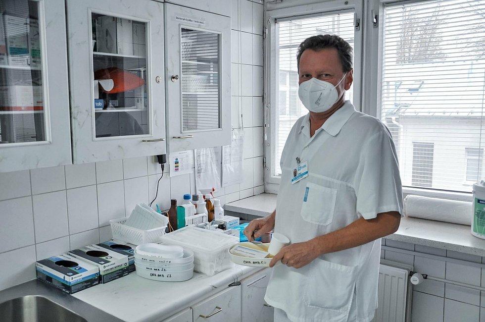 Dlouholetý primátor krajského města Zlína během koronakrize oprášil své vědomosti a dovednosti chirurga. Nastoupil do Vsetínské nemocnice.