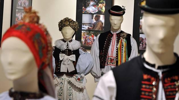 Moravské kroje jsou součástí výstava o obyčejích východní Moravy, která je od září letošního roku až do 2. ledna 2015 k vidění v budově Sušáku ve Valašském muzeu v přírodě v Rožnově pod Radhoštěm