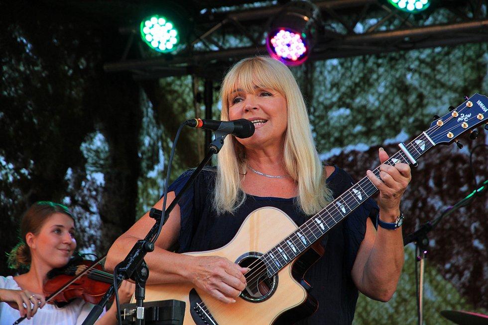 Věra Martinová s kapelou na Starém dobrém westernu v roce 2017.