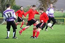 Fotbalisté Hovězí (červené dresy) v nové soutěži válí a neztratili se ani v Lukově. V sobotu předvedli výborný výkon a ze hřiště soupeře si vezou cennou výhru 1:0.