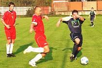 Fotbalisté Janové (v červeném) v derby se Lhotou u Vsetína po přestřelce prohráli 3:5.
