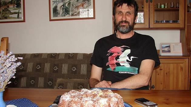 Miroslav Dvorský se před pár lety přestěhoval do dřevěnice v Podlesí. Je opět o něco blíž přírodě.