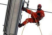 Hasičské cvičení záchrana lidí z lanovky v lyžařském středisku Kohútka. Na snímku hasič Petr Smilek ze Zlína.