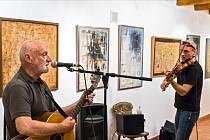 Josef B. Král při hře na kytaru na vernisáži letošní výstavy v IC Zvonice Soláň