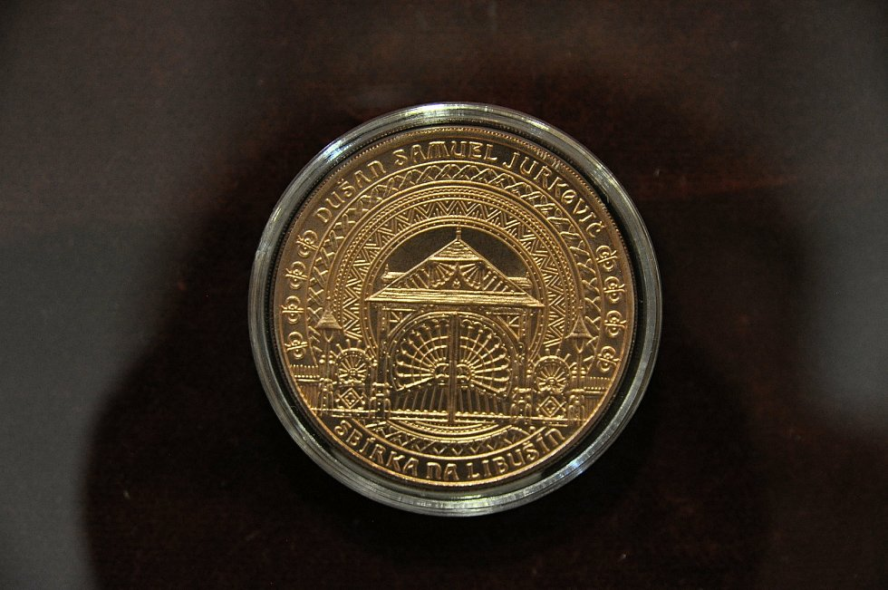 Pamětní mince vydaná po požáru chaty Libušín na Pustevnách; Valašské muzeum v přírodě v Rožnově, Sušák, 1. patro, srpen 2020