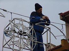 Ve Valašském Meziříčí instalují vánoční výzdobu.