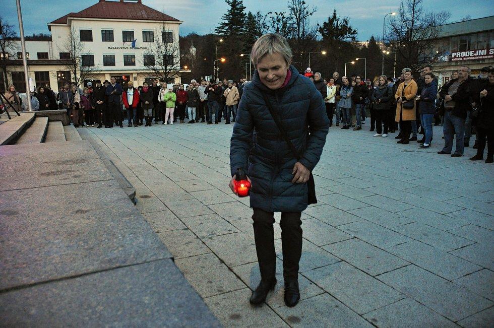 Jaroslava Kudlíková zapaluje v neděli 17. listopadu 2019 svíčku na vsetínském náměstí Svobody při příležitosti 30. výročí sametové revoluce. Zopakovala si tak stejný moment z revolučního roku 1989, kdy jako první a v ten okamžik jediná zapálila 18. listop