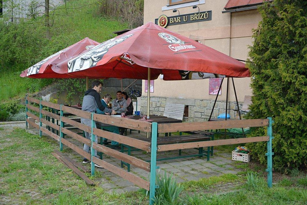 Vsetínské restaurace otevřely zahrádky. Posezení si užívali hosté v sídlišti Rokytnice.