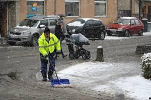 První sníh zasypal 30. listopadu 2017 ulice Vsetína.