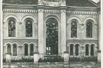 Židovská synagoga ve Valašském Meziříčí: vytlučená okna jsou následkem demonstrace z r. 1899.